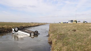 Auto in de sloot bij Zwolle