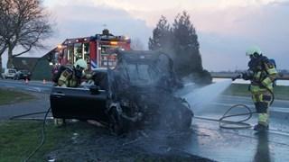 Auto vliegt tijdens het rijden spontaan in brand bij Zwartsluis, bestuurder gearresteerd