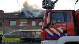 Grote brand in woning boven supermarkt in Rijssen