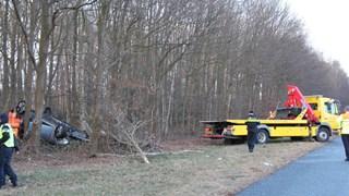 Auto over de kop geslagen en in bosschage langs de A1 bij Azelo terechtgekomen