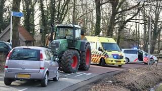 Auto en tractor botsen in Rossum