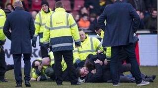 Rellen op het veld na afloop Go Ahead Eagles - De Graafschap.