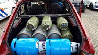 Agenten zagen tot hun verbazing dat een automobiliste met 13 volle gasflessen door Oldenzaal reed