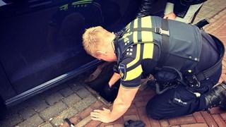 De politie als reddende engel voor een dame die de autosleutels in een put heeft laten vallen