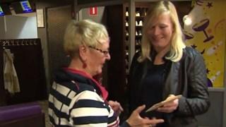 Sandra geeft de 78 jaar oude liefdesbrief terug aan Anne Marie, nicht van de briefschrijver