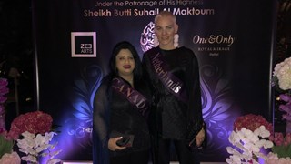 Maudy Alferink (r) exposeert in Dubai