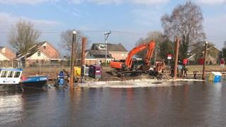 Ponton zinkt bij werkzaamheden in kanaal Gramsbergen