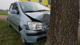 Auto tegen boom in Geesteren