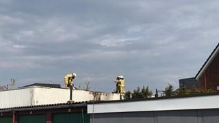 De brandweer zaagt het dak open