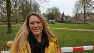 Nathalie Gerritsen met op de achtergrond het Doepark dat momenteel wordt aangelegd