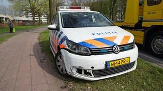 Zowel de personenauto als de politieauto raakten zwaar beschadigd