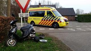 Automobilist rijdt jonge vrouw op scooter aan