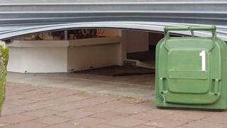 Afvalcontainer houdt rolluik open