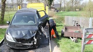 Auto wordt met schade afgevoerd