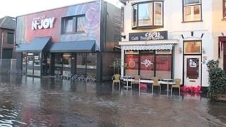 Het water klotst tegen de plinten in Nijverdal