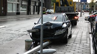 Automobilist gewond na aanrijding lantaarnpaal