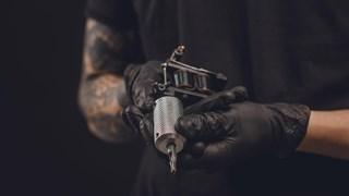 Politie vindt tattoo machines en hondenriemen bij fouillering in Rijssen