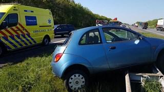 Auto op de vangrail langs A35 bij Hengelo