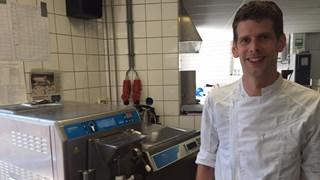 Ron Ekkelenkamp bij de ijsmachine