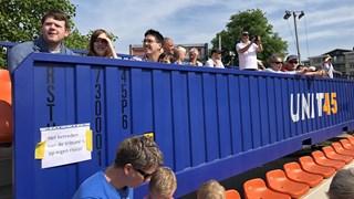 Mensen komen kijken naar het inschuiven de tunnelbak in Deventer