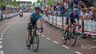 Piotr Havik klopt Harry Tanfield in de Ronde van Overijssel