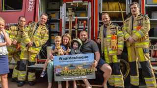 Brandweer Steenwijk verrast ernstig zieke Tamer