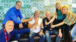 Edwin van Hoevelaak (met wit shirt) ondertekende een mega-contract: