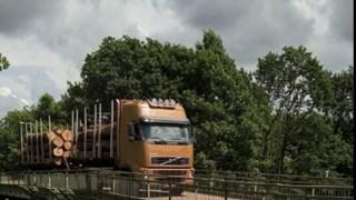 Een zwaarder voertuig rijdt over de brug