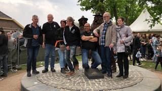 Het bestuur van de fanclub van Normaal bij het onthulde standbeeld, geheel links Bert Snijders