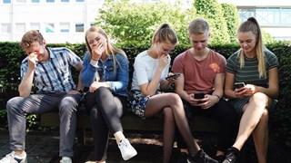 De 'mobiele brigade' ten voeten uit: een veel gezien tafereel in het hedendaagse straatbeeld