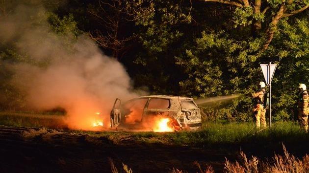 De uitgebrande auto van het slachtoffer in Steenwijk - fotograaf: Collin Coule