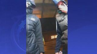 Mannen pinnen met gestolen bankpas