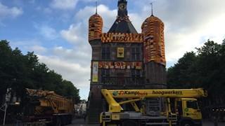 Brink in Deventer kleurt rood-geel