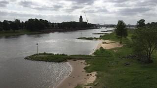 De IJsselstrandjes bij Deventer gezien vanaf de spoorbrug