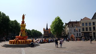 De fontein en De Waag in Deventer zijn aangekleed