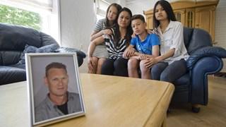 De familie van de vastgehouden zeeman Gert Oonk, met diens portret op de voorgrond