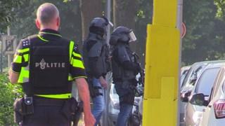 Arrestatieteam politie omsingelt woning Enschede