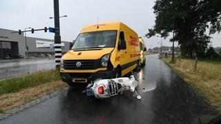Scooter tegen bestelbus gebotst