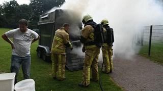 Paardentrailer staat in brand