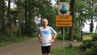 Looptrainer Jan Tijhuis van AV Rijssen bij het bord