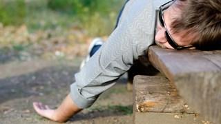 Lastige kroegganger valt in slaap in de berm