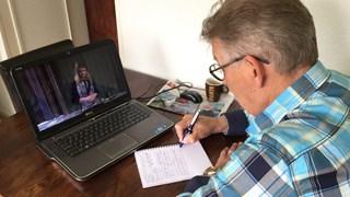 Theo Even volgt de persconferentie van Defensie op de laptop
