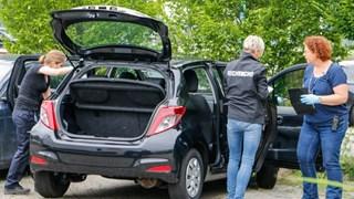 Rechercheteam doorzoekt auto