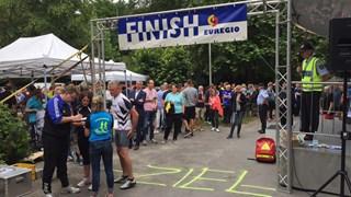 Nederlandse en Duitse deelnemers aan de triatlon lopen gezellig door elkaar