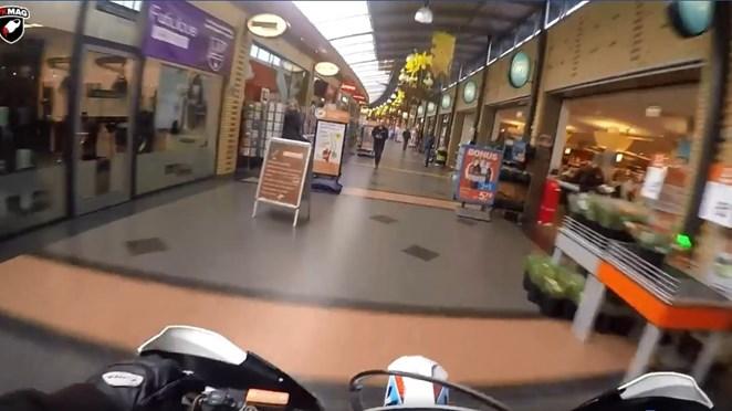 Lachen of niet? 'Zielige stumpers' rijden met crossmotor door winkelcentrum in Hengelo