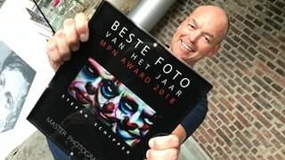 Fotograaf Stefan Schipper met de gouden award met daarin de winnende foto