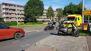 Een auto en een scooter botsten op elkaar