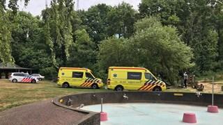 Meerdere politiewagens en twee ambulances rukten uit