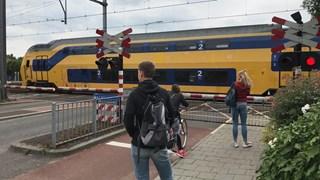 Treinen rijden stapvoets over de overgang