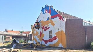De mural op de zijgevel van Sluisstraat 4